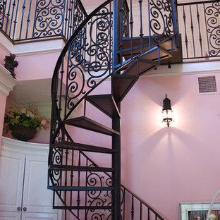 ヒューストンの地中海スタイルのおしゃれな階段の写真