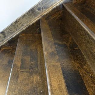 Ejemplo de escalera recta, de estilo americano, grande, con escalones de madera y contrahuellas de madera