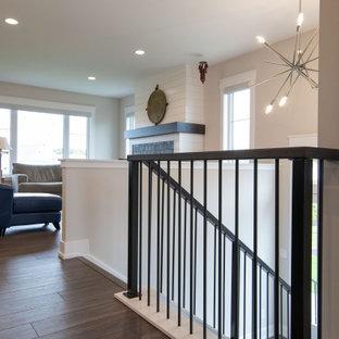 Пример оригинального дизайна: п-образная лестница в современном стиле с ступенями с ковровым покрытием, ковровыми подступенками и металлическими перилами