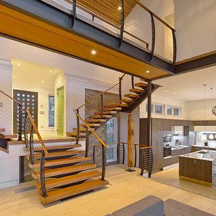 Imagen de escalera suspendida, contemporánea, sin contrahuella, con escalones de madera y barandilla de cable