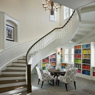 Exemple d'un très grand escalier courbe chic avec des marches en bois et des contremarches en bois peint.