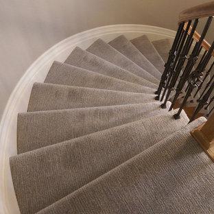 Ejemplo de escalera curva, de tamaño medio, con escalones enmoquetados y contrahuellas enmoquetadas