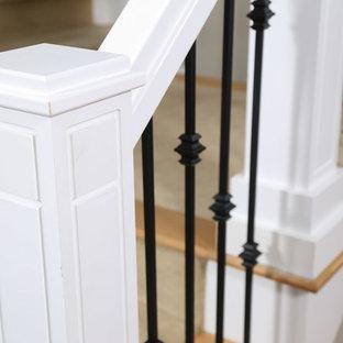 Ispirazione per una scala stile americano con pedata in legno verniciato