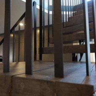 コロンバスの木のモダンスタイルのおしゃれなかね折れ階段 (金属の蹴込み板) の写真