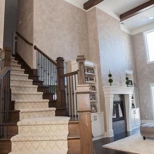 インディアナポリスの広いカーペット敷きのコンテンポラリースタイルのおしゃれなかね折れ階段 (カーペット張りの蹴込み板) の写真
