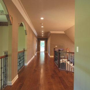 Diseño de escalera tradicional renovada, grande, con escalones de madera y contrahuellas de madera pintada