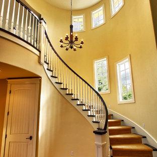 Diseño de escalera curva, pequeña, con escalones enmoquetados y contrahuellas enmoquetadas