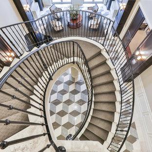 Imagen de escalera curva, clásica renovada, de tamaño medio, con escalones con baldosas, contrahuellas con baldosas y/o azulejos y barandilla de metal