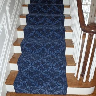 Imagen de escalera recta, tradicional renovada, de tamaño medio, con escalones enmoquetados y contrahuellas enmoquetadas