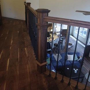Ejemplo de escalera en L, clásica renovada, grande, con escalones de madera pintada, contrahuellas de madera y barandilla de varios materiales