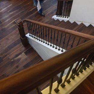 Foto de escalera en L, tradicional renovada, grande, con escalones de madera pintada, contrahuellas de madera y barandilla de varios materiales