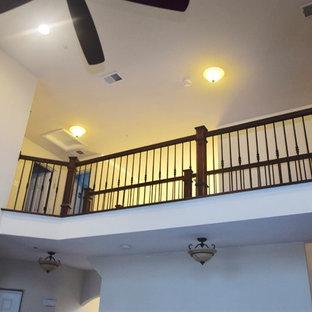 Imagen de escalera en L, clásica renovada, grande, con escalones de madera pintada, contrahuellas de madera y barandilla de varios materiales
