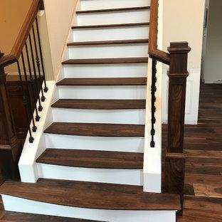 Modelo de escalera en L, clásica renovada, grande, con escalones de madera pintada, contrahuellas de madera y barandilla de varios materiales