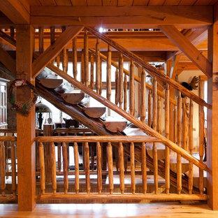 Идея дизайна: лестница в стиле рустика с деревянными ступенями