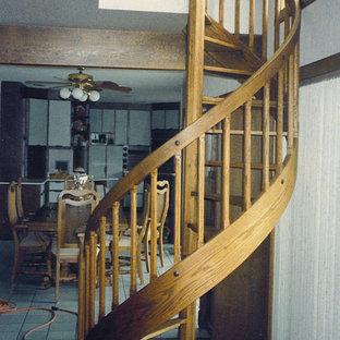 Imagen de escalera de caracol, pequeña, sin contrahuella, con escalones de madera