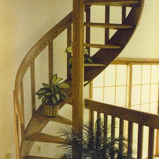 ニューヨークの小さい木のおしゃれな階段の写真