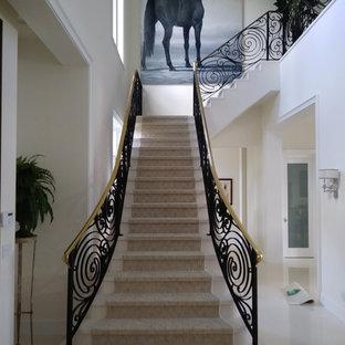 Idéer för stora funkis l-trappor i marmor, med sättsteg i marmor och räcke i metall