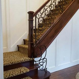 """Ispirazione per una scala a """"L"""" classica di medie dimensioni con pedata in moquette e alzata in legno"""