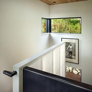 """Esempio di una scala a """"U"""" contemporanea di medie dimensioni con pedata in legno e nessuna alzata"""