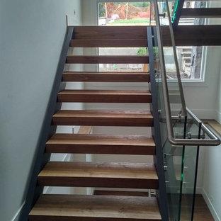 Diseño de escalera suspendida, contemporánea, de tamaño medio, sin contrahuella, con escalones de madera y barandilla de vidrio