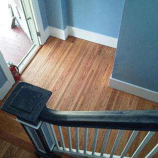 Foto de escalera en U, tradicional, con escalones de madera y contrahuellas de madera