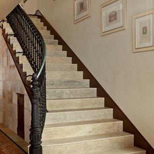 Пример оригинального дизайна: лестница в средиземноморском стиле с ступенями из известняка и подступенками из известняка
