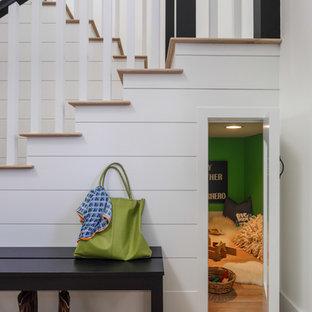 Ejemplo de escalera en U, tradicional renovada, con escalones de madera