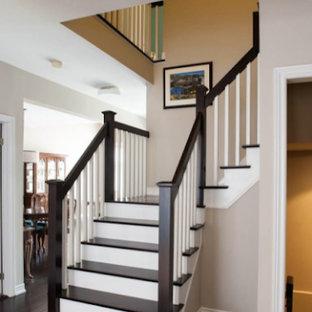 Ejemplo de escalera en L, tradicional renovada, de tamaño medio, con escalones de madera y contrahuellas de madera pintada