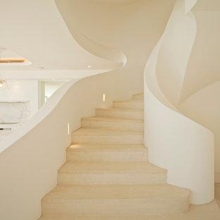 Imagen de escalera curva, mediterránea, grande