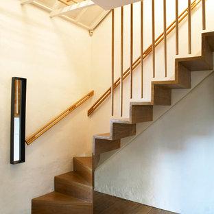 Modelo de escalera suspendida, actual, pequeña, con escalones de madera, contrahuellas de madera y barandilla de madera