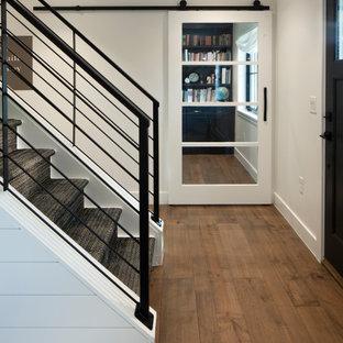 Inspiration för en lantlig rak trappa, med heltäckningsmatta, sättsteg i trä och räcke i metall