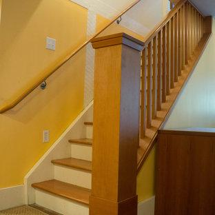 Ejemplo de escalera recta, de estilo americano, pequeña, con escalones de madera y contrahuellas de madera pintada
