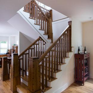"""Esempio di una scala a """"U"""" stile americano di medie dimensioni con pedata in legno, alzata in legno verniciato e parapetto in legno"""