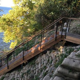 Diseño de escalera en L, actual, de tamaño medio, con escalones de madera y contrahuellas de madera