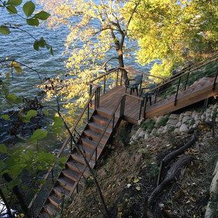 ミルウォーキーの中サイズの木のコンテンポラリースタイルのおしゃれなかね折れ階段 (木の蹴込み板) の写真