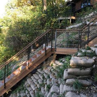 Ejemplo de escalera en L, contemporánea, de tamaño medio, con escalones de madera y contrahuellas de madera