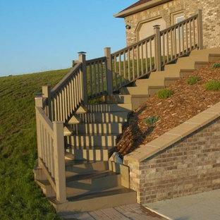 インディアナポリスの大きいフローリングのおしゃれなサーキュラー階段 (フローリングの蹴込み板) の写真