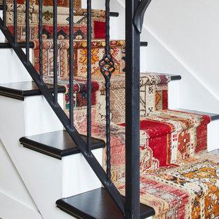 Immagine di una scala a rampa dritta classica di medie dimensioni con pedata in legno verniciato, alzata in legno verniciato e parapetto in metallo