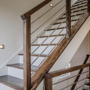 アトランタの大きい木のコンテンポラリースタイルのおしゃれな折り返し階段 (フローリングの蹴込み板) の写真