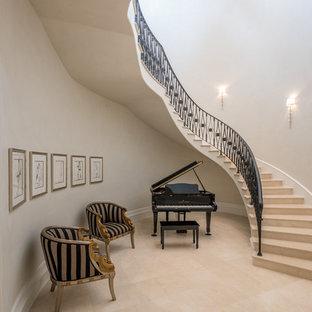 ダラスの巨大なライムストーンのトラディショナルスタイルのおしゃれなフローティング階段 (ライムストーンの蹴込み板) の写真