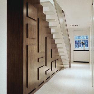 Modelo de escalera suspendida, actual, de tamaño medio, con escalones de madera y contrahuellas de madera