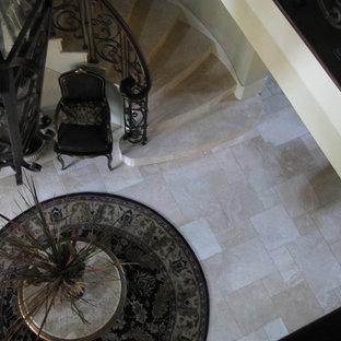 他の地域の中サイズのトラバーチンのおしゃれなサーキュラー階段 (トラバーチンの蹴込み板) の写真