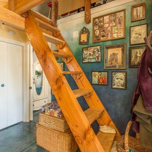 Foto de escalera recta, bohemia, pequeña, sin contrahuella, con escalones de madera