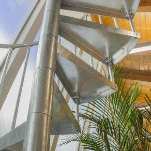 デンバーの小さい金属製のコンテンポラリースタイルのおしゃれならせん階段 (金属の蹴込み板) の写真
