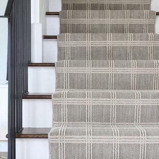 Foto på en lantlig rak trappa, med heltäckningsmatta, sättsteg med heltäckningsmatta och räcke i metall