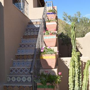 フェニックスの中サイズのサンタフェスタイルのおしゃれな直階段の写真