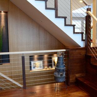 Imagen de escalera en L, moderna, grande, con escalones de madera, contrahuellas de madera y barandilla de varios materiales