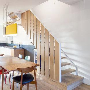 Ejemplo de escalera en L, escandinava, pequeña, sin contrahuella, con escalones de madera y barandilla de madera