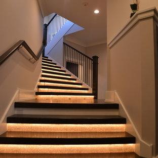 Ejemplo de escalera suspendida, clásica renovada, grande, con escalones de madera y contrahuellas de vidrio