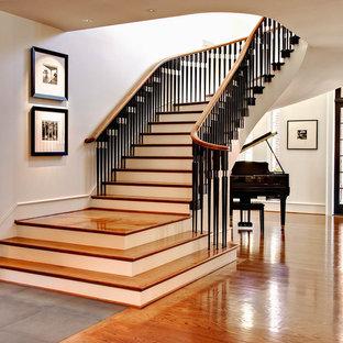 Idéer för vintage svängda trappor i trä, med sättsteg i målat trä